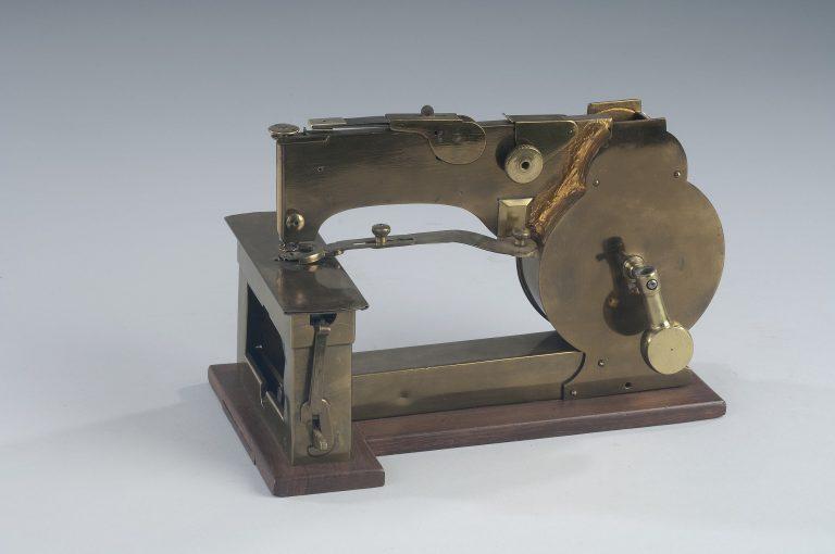 Machine à coudre basée sur les dessins de Walter Hunt